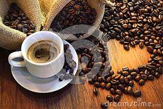 Tasse Kaffee mit Kaffeebohne-Herzform