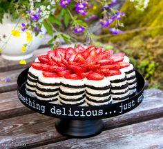 Juhannuksena meidän kahvipöydässä oli tarjolla tämä kukkea Oreo-kakku. Valitettavasti kakun muoto ei tästä kuvakulmasta tule kunnolla esiin, mutta kakku muistutti tosiaan jättimäistä kukkaa. Tätä voi mainostaa mökkikakkuna, sillä uunia ei tarvita ja aineslistakin jää lyhyeksi. Kakku täytyy tehdä jääkaappiin edellisenä päivänä, mikä helpottaa valmisteluita. Pursotuspussia suosittelen, koska täyttäminen on sen kanssa huomattavasti helpompaa. Oreo-kakku tuoreilla […]
