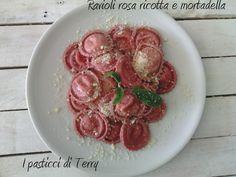 Volete stupire i vostri ospiti con un bel piatto di Ravioli rosa? Per la serie: Famòla strana ecco a voi i Ravioli di barbabietola con mortadella e ricotta http://www.ipasticciditerry.com/ravioli-rosa-per-la-serie-famola-strana/