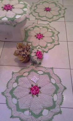 Resultado de imagem para crochet for home bathroom Crochet Art, Crochet Home, Crochet Motif, Crochet Doilies, Crochet Flowers, Vintage Crochet Patterns, Crochet Stitches Patterns, Yarn Crafts, Diy And Crafts