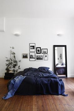Asymmetrical balance: This room has asymmetrical balance due to the disposition of different objects with equal visual weight on the left and right sides of the room.
