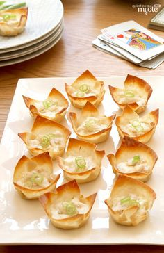 Baked Crab Rangoon -- What's old is new again, and so's this classic appetizer recipe. Crispy won ton wrappers hold a creamy mixture of crab meat for a better-for-you bite that will never go out of sty. Summer Appetizer Recipes, Easter Appetizers, Quick And Easy Appetizers, Appetizers For Party, Wontons, Crab Rangoon Recipe, Kraft Recipes, I Foods, Food And Drink