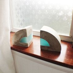 Modern Concrete and resin bookends. Set of 2 por erinalthea en Etsy