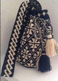 einfaches Wayuu-Taschenmodell - Sema Acar - Willkommen bei Pin World Crotchet Bags, Knitted Bags, Tapestry Bag, Tapestry Crochet, Crochet Shoes, Crochet Purses, Filet Crochet, Knit Crochet, Wiggly Crochet
