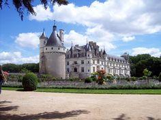 211- Chenonceau Castle .- HISTOIRE, FAMILLE MENIER: ...1° grand prix également en 1957. Antoine meurt à Paris sans postérité, le 12 août 1967, à l'âge de 62 ans. En raison d'une situation juridique confuse, un procès oppose la famille et l'association La Demeure Historique, légataire des parts d'Antoine sur le domaine. En 1975 la Cour de Cassation annule la donation et établit la pleine propriété de Chenonceau à la veuve d'Antoine, Renée Vigne, qui revend par la suite le domaine....