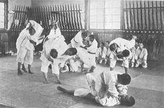 Entraînement de ju-jitsu dans une école d'agriculture, au Japon vers 1920