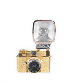 Un lomo...    Pour prendre des clichés rétro. Appareil photo Diana Mini Gold Lomography, 110 euros.