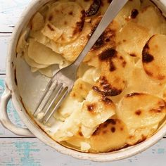 Moelleux, fondant, légèrement craquant en surface... Le gratin dauphinois est un véritable souvenir d'enfance, un accompagnement réconfortant, un plat principal convivial et familial...