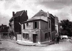 """Maison Rose du peintre Pitschot 1929 Elle existe toujours, la Maison Rose, et c'est toujours un restaurant. Les façades des immeubles mitoyens ont été quelque peu modifiées. C'est Laure «Germaine » Gargallo, ancien modèle de Picasso lors de sa période bleue, et son mari le peintre Ramon Pichot, qui ont ouvert """"La Maison Rose"""", vers 1905."""