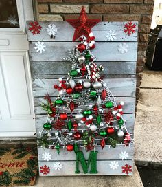 DIY Wall Christmas Tree Ideas That'll Get You To Downsize Now - Hike n Dip Looking for Christmas decoration for small space. Then you should definetly put up a wall Christmas Tree. Here are best DIY Wall Christmas tree ideas. Wall Christmas Tree, Indoor Christmas Decorations, Pallet Christmas, Christmas Signs, Rustic Christmas, Christmas Art, Christmas Projects, Christmas Wreaths, Holiday Signs