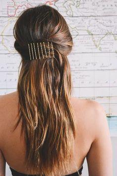 Une demi queue-de-cheval tenue par des bobby pins