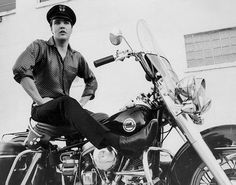 Elvis Presley was also a motorcycle addict. 24 amazing vintage photos below will show this. Elvis Presley on Harley Davidson motorcycle. Harley Davidson Street, Harley Davidson Motorcycles, Harley Panhead, Bobber, Memphis, Scooter Moto, Young Elvis, Elvis Presley Photos, Vintage Motorcycles