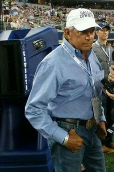 George Strait is a Cowboys fan !!! He may be the most perfect man alive ;)