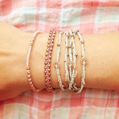 Pretty Bracelets These are so cute and so easy if you look closely! We need a bracelet making night! I Love Jewelry, Diy Jewelry, Jewelry Box, Jewelery, Jewelry Accessories, Fashion Accessories, Jewelry Making, Bracelet Making, Bangles