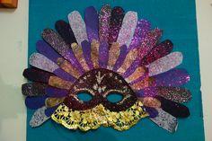 Masque de Venise en papiers découpés et collés.