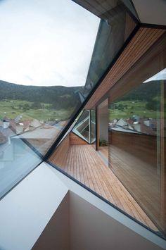 Plasma Studio, déjà présenté dans le Journal du Design (pour retrouver l'article, cliquez ici), a conçu cette incroyable extension angulaire dans le cadre de la restauration d'un immeuble au Nord de l'Italie, dans la ville de San Candido.