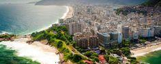 Copacabana est certainement l'une des plages les plus célèbres du monde. C'est le dimanche, quand une partie de l'Avenida Atlantica est fermée aux voitures, que Copacabana offre son plus beau spectacle. On trouve des postes de sauvetage chaque 800 mètres environ, un point de repère idéal pour les rendez-vous - #easyvoyage #easyvoyageurs #clubeasyvoyage #terresdevoyages #travel #traveler #traveling #travellovers #voyage #voyageur #holiday #tourism #tourisme #copacabana #bresil #brazil #beach