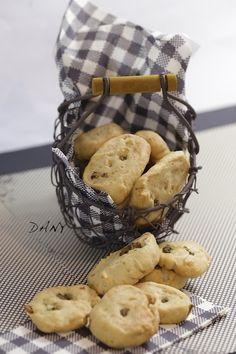 Préparation : 10 min Cuisson : 20 min Pour 6 personnes : -180 g de beurre mou -250 g de farine -250 g de parmesan râpé -60 g d'olives vertes dénoyautées -La moitié d'une petite gousse d'ail -3 cuillères à soupe de basilic ciselé Pétrissez la farine avec...
