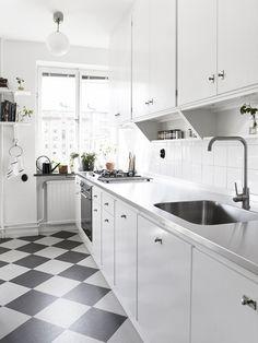 Kitchen Floor Tile Ideas (Best of Remodeling Kitchen Tiles in Modern, Retro, and Vintage Style) Kitchen Tiles, Kitchen Flooring, New Kitchen, Kitchen Dining, Kitchen Decor, Green Kitchen, Kitchen Cabinets, Kitchen Interior, Interior Design Living Room