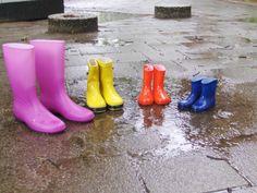 Kaplaarzen groot en klein,wie past welke laarzen??? Rubber Rain Boots, School, Rain Boots, Hand Spinning
