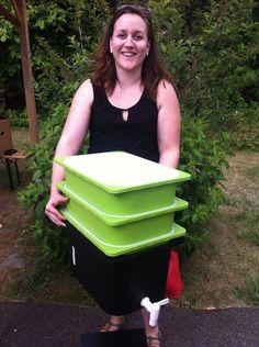 Dorothée est incroyable : elle a décidé de COnstruire son propre lombriCOmposteur pour obtenir un terreau de grande qualité pour ses jardinières de balCOn tout en réduisant ses déchets verts.