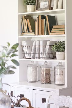 How to decorate a bookshelf & styling ideas for bookshelves . - awesome How to decorate a bookshelf & styling ideas for bookshelves - Bookshelf Styling, Bookshelf Design, Bookshelf Decorating, Decorate Bookshelves, Cheap Home Decor, Diy Home Decor, Bibliotheque Design, Cool Bookshelves, Bookcases