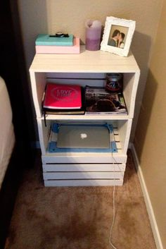 College apartment diy - Creative DIY College Apartment Decor Ideas on A Budget Crate Nightstand, Wooden Crates Bedside Table, Bedside Table Ideas Diy, Console Table, Cheap Nightstand, Wood Crates, Wood Table, Wood Pallets, Wooden Boxes