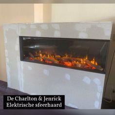 De oude haard is verwijderd en heeft plaats gemaakt voor deze Charlton & Jenrick Polaris Elektrische Haard. Elektrisch stoken was nog nooit zo mooi. Deze is samen met vele andere sfeerhaarden te bewonderen in onze showroom. U vindt ons op de Frijdastraat 24 (1e verdieping) te Rijswijk. De-Boers.NL 📩 info@de-boers.nl 📞 0653645378