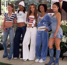 Stick to your day jobs! Failed businesses of the stars - gal_biz_fail_j_lo Source by robeehee - Hip Hop Fashion, Fashion Line, 90s Fashion, Fashion Outfits, 2000s Fashion Trends, Early 2000s Fashion, Jennifer Lopez, Reunion Outfit, 90s Outfit