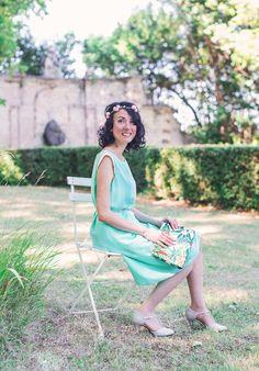 Shooting avec Annabelle du blog Mademoiselle Coccinelle. Retrouvez sa sélection mode éthique et made in France sur notre eshop. Robe vert d'eau Laure Derrey, pochette tropical Baï de Langoué et bijoux Jully Bijoux.