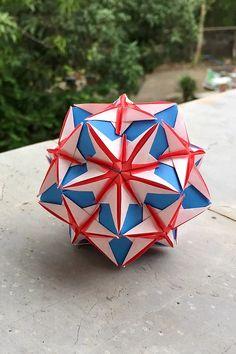 Model paper size: Base (blue) : cm x cm Pocket (red) : cm x cm Origami Ball, Origami Paper, Origami Boxes, Origami Instructions, Origami Tutorial, Origami Flowers, Origami Hearts, Origami Modular, Dollar Bill Origami