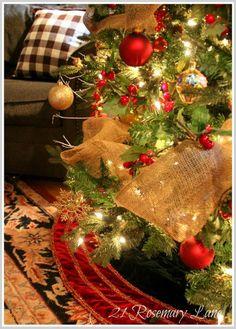 Decorating tree Christmas with burlap garland. Decoración del árbol con guirnalda de brin