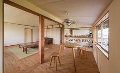 ダイニングとキッチンはカウンター収納で仕切り、対面キッチンに Coffee Shop, Divider, Room, Furniture, Home Decor, Coffee Shops, Bedroom, Coffeehouse, Decoration Home