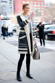 Karlie Kloss in a cozy winter coat. Simple & stylish. It´s that easy.