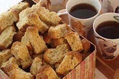 Boere Beskuit 750 ml melk 750 ml suiker 500 g botter of margarien 25 ml sout kg koekmeelblom 3 pakkies kitsgis 1 liter water 3 eiers,geklits Meng meelblom, kitsgis en sout saam. Buttermilk Rusks, Buttermilk Recipes, Baking Recipes, Snack Recipes, Bread Recipes, Rusk Recipe, Healthy Breakfast Snacks, Breakfast Muffins, Breakfast Ideas