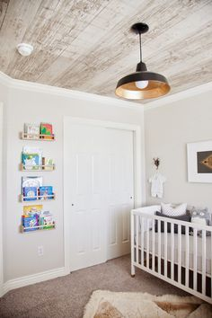 Kids' room color - design dump Wall paint BM Gray Mist wallpaper on ceiling: ebay, white washed faux wood with knots wallpaper