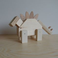 Dino hout Stegosaurus | kinderfeestje | VanStoerHout Kids Woodworking Projects, Wood Projects For Kids, Art For Kids, Crafts For Kids, Head Table Decor, Waldorf Crafts, Wood Scraps, Tent Pegs, Daycare Crafts