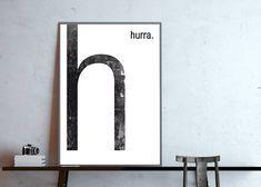 h- hurra Typografie-Poster, Monogramm, Buchstabe H Fineart Druck auf seidenmattem 250 g/m² Premium-Papier. Lieferung ohne Rahmen. Das Poster wird für Dich frisch gedruckt! Gerne kann das Wort hurra durch ein anderes Wort Deiner Wahl ersetzt werden. Schreibe mir in dem Fall.