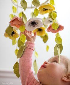Baby Crafts, Felt Crafts, Nursery Crafts, Pom Pom Mobile, Felt Mobile, Flower Mobile, Diy Bebe, Diy Couture, Felt Flowers