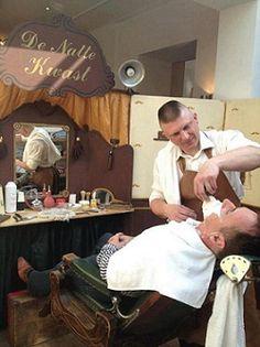 Onze nostalgische barbier 'de natte kwast' laat oude tijden herleven. Uw gasten of bezoekers kunnen hier terecht om zich heerlijk te laten scheren. De barbier beschikt over een echt antieke barbiersstoel uit 1905. Wij zorgen voor een nostalgisch decor en begeleiding van een welbespraakte barbier. De barbier lokt de ongeschorene in zijn tent en laat deze pas weer los als deze zo glad is als een aal. Een prachtig ritueel! http://www.oudhollandsentertainment.nl/scheersalon.php