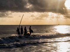 Cidade é feita de momentos simples: caminhar na areia, curtir o pôr do sol, deitar na rede. E, quem sabe, praticar kite ou windsurfe