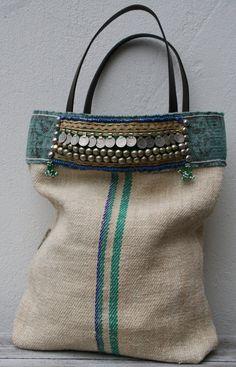 La base per questa totalmente fatto a mano tote bag è un vecchio graanzak, colore naturale con una striscia blu/verde. La borsa è foderata con cotone indaco batik Hmong e dispone di una comoda tasca interna. Nella parte superiore della borsa ho una band ha confermata da due tipi di kelim (aqua shades), con da un lato unannata di striscia cintura danza del ventre e daltra parte un medaglione di perline, fissato con pulsanti turkoman. La borsa ha manici in pelle marrone. Per la finitura de...