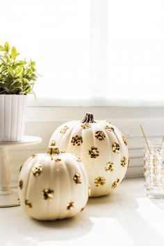 23 Totally Chic Ways to Decorate Your Pumpkins via @domainehome