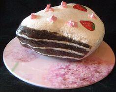 Cake Rock Art-love the rock food. Pebble Painting, Pebble Art, Stone Painting, Diy Painting, Painting On Wood, Painted Rocks Craft, Hand Painted Rocks, Stone Crafts, Rock Crafts