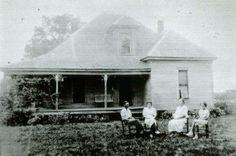 """La Granja Bell          Lugar: Adams, Tennessee, Estados Unidos. Esta granja es conocida por ser el único caso documentado donde un fantasma logró matar a una persona. Esto sucedió entre 1817 y 1821, cuando la familia Bell vivió aterrorizada por el diabólico espíritu de una mujer.  Fantasma: Una mujer a la que llamaron """"La Bruja de Bell"""" o más familiarmente """"Kate"""", quien torturó y mató a John Bell después de darle de beber un líquido mortal."""