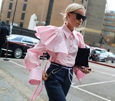 Larger-Than-Life Trend That's Taking Over the Streets (and Runways) Try a statement sleeve. As seen on the street during London and Milan Fashion Week.Try a statement sleeve. As seen on the street during London and Milan Fashion Week. Street Style 2017, Street Chic, Street Styles, Fashion Mode, Pink Fashion, Fashion Looks, Womens Fashion, Fashion Trends, London Fashion