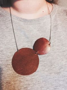 Halsband av återbrukat läder. JM Kreater Malin för Monthly Makers februari, tema återbruk.