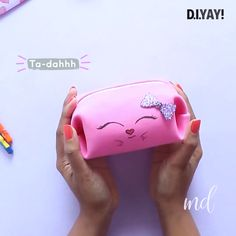 New Photos sewing pants videos Ideas You can never have too many makeup bags! Diy Crafts Hacks, Diy Crafts For Gifts, Foam Crafts, Diy Home Crafts, Diy Arts And Crafts, Creative Crafts, Cool Paper Crafts, Paper Crafts Origami, Makeup Pouch