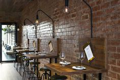 Un restaurante de estilo industrial en Melburne · An industrial style restaurant in Melbourne Decoration Restaurant, Deco Restaurant, Italian Restaurant Decor, Vintage Restaurant, Restaurant Lighting, Design Café, Cafe Design, Sport Bar Design, Wine Bar Design