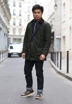 Long (qui fait les vidéos chez BonneGueule), et sa veste Barbour qu'il ne quitte plus depuis la visite de l'usine de South Shield adopte un style type workwear qu'il personnalise avec un côté urbain. Jean brut et BonneGueule x Ateliers Hescungs aux pieds, il construit sa tenue sur la base d'un layering à l'aide d'une veste en jean signée Hedus. #modehomme #menswear #heschung #barbour #hedus